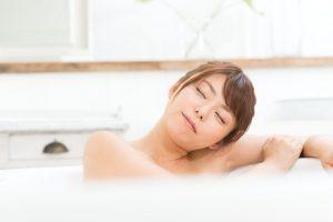 風呂につかっている女性