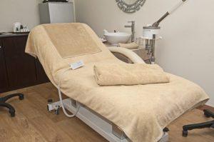 毛布がひかれた歯医者の椅子