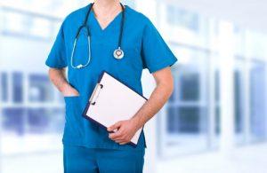 青いブラウスを着ている医者