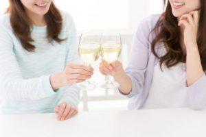白ワイン嗜む女性達「