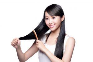 髪の毛をといている女性