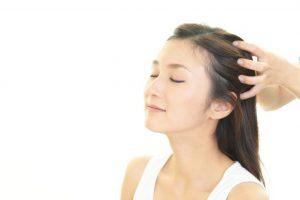 頭皮のマッサージを受けている女性