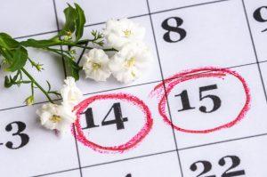14日と15日に赤い丸印が付いているカレンダー