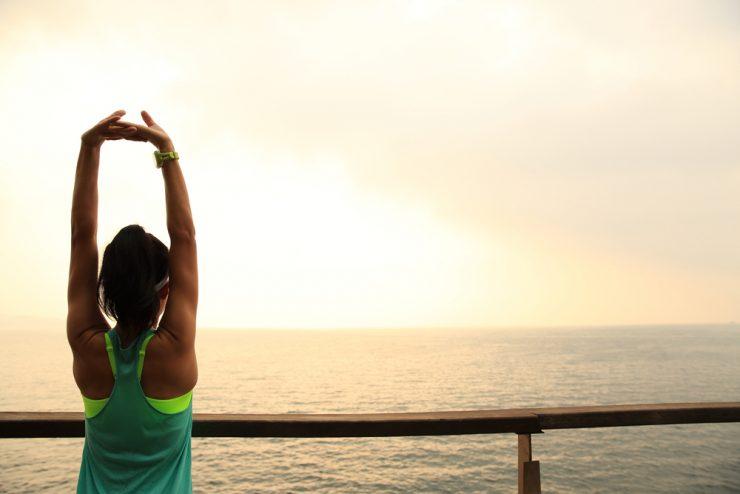 海の前に立っている女性