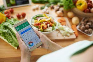 アプリを使って栄養バランスを考えている女性