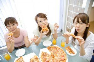 ピザを食べている女性たち