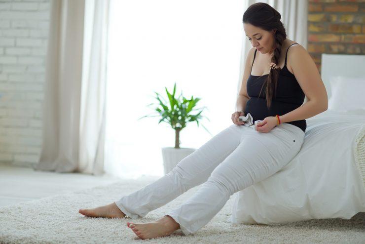 白いズボンを履こうとしている女性
