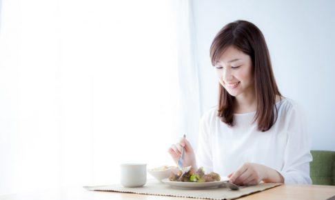食事をとっている女性