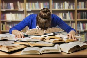 本の上で寝ている女性