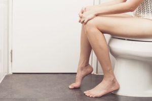 トイレに座っている女性