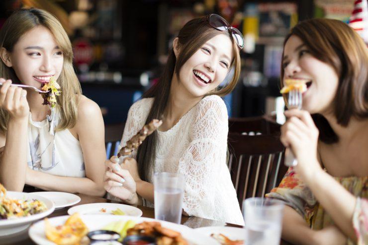 楽しく食事をしている女性たち