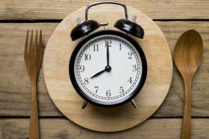 目覚まし時計とスプーンとフォーク