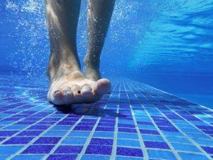 プールの中の足