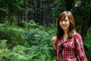 森の中にいる女性