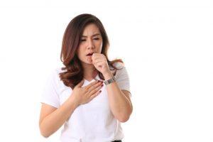 咳き込んでいる女性