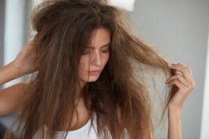 髪がパサついている女性