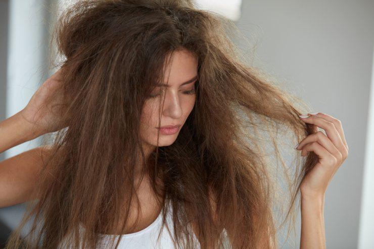 髪の毛がぼさぼさしている女性