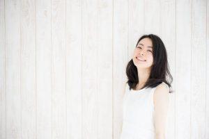 微笑んでいる女性