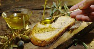パンにオリーブオイルをかける