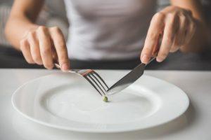 豆を食べようとしている女性