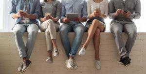 携帯を見ている人たち