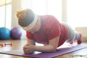 ダイエットのためにトレーニングをしている女性