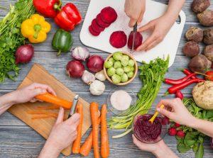 野菜の下準備をしている人たち