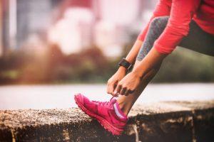 靴紐を結んでいる女子ランナー