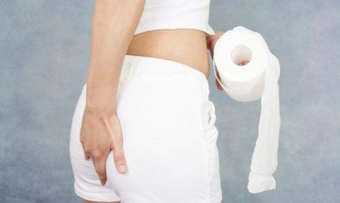 トイレットペーパーを持っている女性