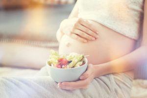 お腹の赤ちゃんのために野菜をたくさん食べる