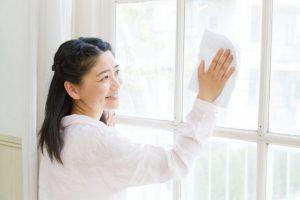 ガラスを拭いている女性