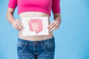 腸のイラストを持っている女性