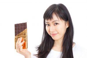 チョコを持っている女性