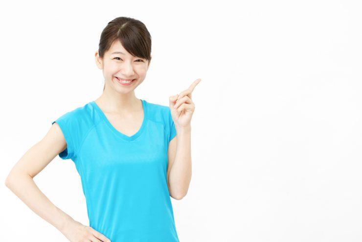 青いT シャツを着ている女性