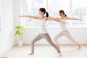 体操をしている女性たち