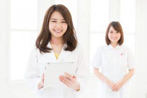 笑顔の女性医師と女性看護師