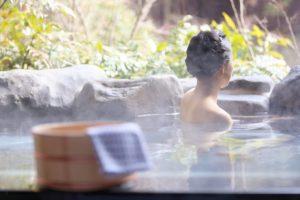温泉に入っている女性