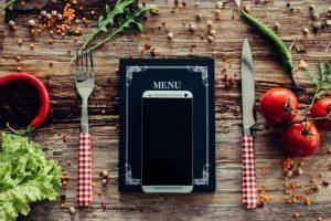 携帯と手帳と食器