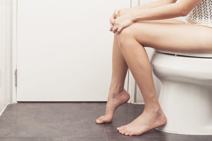 便器に座っている女性の足