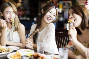 笑っている女性たち