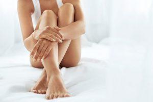 足を抱えて座っている女性