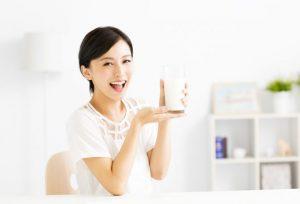 牛乳をとても美味しそうに飲む女性
