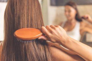 髪をブラッシングをしている女性