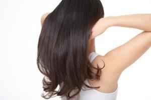 髪の毛をいじっている女性