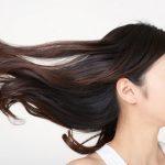 髪の毛が飛んでいる女性