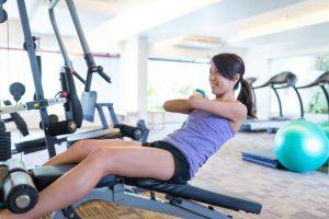 ジムで腹筋のトレーニングをしている女性