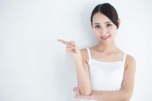 白いトップスを着ている女性