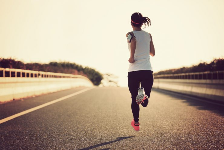 走っている女性の後ろ姿
