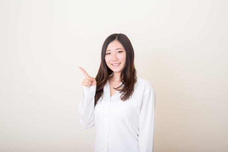白いシャツを着ている女性