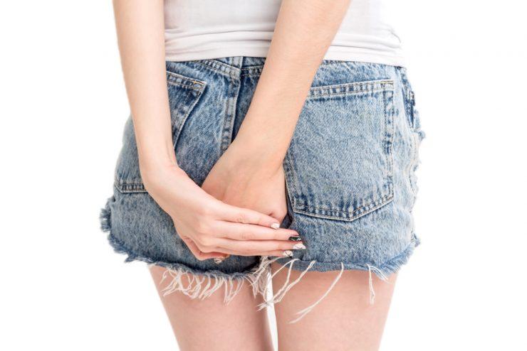 ショートパンツをはいている女性